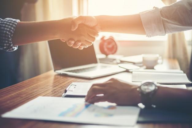 les-gens-d-39-affaires-handshake-greeting-affaire-au-travail_1150-645